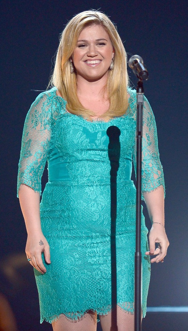 kelly-clarkson-acm-awards-2013-performance-01
